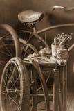 Petit service de difficulté de vélo avec la pompe, la correction en caoutchouc et la colle photos libres de droits