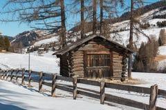 Petit Shack en bois et barrière Among Trees dans le jour d'hiver avec Fres Photos stock