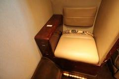 Petit siège de toilette privé d'avion à réaction Photographie stock