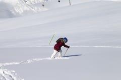 Petit skieur sur la pente hors-piste avec la nouvelle neige tombée au jour du soleil Photos libres de droits