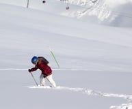 Petit skieur sur la pente hors-piste avec la nouvelle neige tombée au jour du soleil Images libres de droits