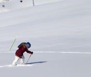Petit skieur sur la pente hors-piste avec la nouvelle neige tombée au soleil gentil Photographie stock libre de droits