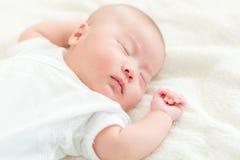Petit somme de prise de bébé garçon Photographie stock libre de droits