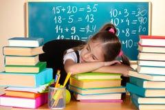 Petit sommeil d'écolière dans la salle de classe Images stock