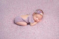 Petit sommeil nouveau-né de chéri photographie stock