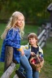 Petit sourire et fille de garçon sur la barrière regardant Image libre de droits