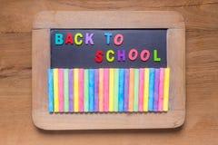 Petit tableau noir avec des craies de couleur et des alphabets anglais de couleur, Image libre de droits