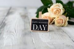 Petit tableau noir avec l'inscription heureuse du jour de mère Photos libres de droits