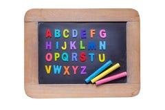 Petit tableau noir avec les craies et les alphabets anglais o de couleur de couleur Images libres de droits