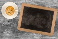 Petit tableau noir encadré en bois avec la tasse de café Image libre de droits