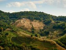 Petit temple sur une colline en Thaïlande photo libre de droits