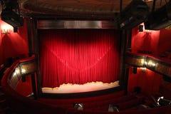 Petit théâtre avec le rideau rouge à Paris Photos libres de droits