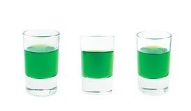 Petit tir en verre rempli de liqueur d'isolement Image stock