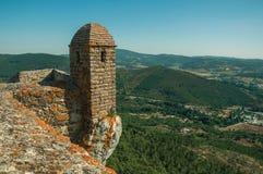 Petit tour de guet et mur en pierre au-dessus de falaise dans Marvao photo libre de droits