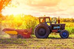 Petit tracteur fonctionnant dans le domaine agriculture de petit exploitant Image libre de droits