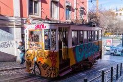 Petit tram jaune à Lisbonne, Portugal Photographie stock libre de droits