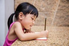 Petit travail chinois asiatique d'écriture de fille Photo stock