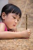 Petit travail chinois asiatique d'écriture de fille Images libres de droits