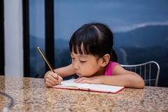 Petit travail chinois asiatique d'écriture de fille Photographie stock