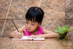 Petit travail chinois asiatique d'écriture de fille Photos libres de droits