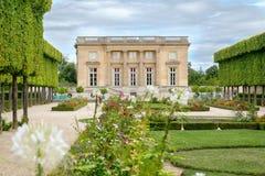 Petit Trianon på jordningen av slotten av Versailles nära Paris Fotografering för Bildbyråer