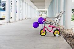 Petit vélo avec de beaux ballons de couleur Et derrière le long wa photo libre de droits