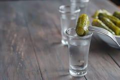 Petit Verre Avec Le Concombre Russe De Vodka Et De Sel Photo