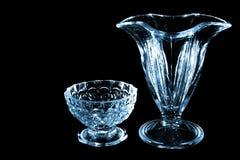 Petit verre et vase d'isolement sur le fond noir photo stock