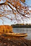 Petit vieux bateau en bois sur la plage d'automne photos libres de droits