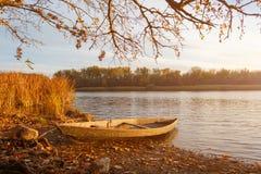 Petit vieux bateau en bois sur la plage d'automne photo stock