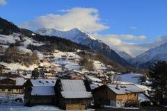 Petit village au pied de montagnes Photographie stock