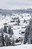 Petit village d'hiver dans les montagnes Images stock