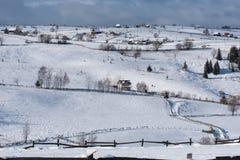 Petit village d'hiver dans les montagnes Photos libres de droits