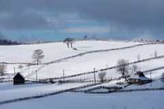 Petit village d'hiver dans les montagnes Photographie stock