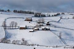 Petit village d'hiver dans les montagnes Photo libre de droits