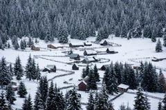 Petit village d'hiver dans les montagnes Images libres de droits