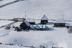 Petit village d'hiver dans les montagnes Image libre de droits