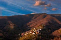 Petit village dans les montagnes au coucher du soleil photographie stock libre de droits