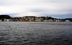 Petit village de la Norvège sur le lac Photo stock