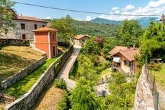 Petit village de montagne de Bassola, hameau d'Armeno, Piémont, Italie image libre de droits