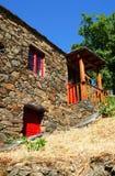 Petit village de montagne typique de schiste Photos stock
