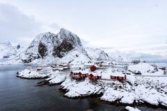 Petit village de p?che par la mer photographie stock