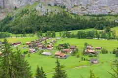 Petit village de vallée Suisse de Lauterbrunnen Photographie stock