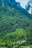 Petit village en montagnes de la Transylvanie Photographie stock libre de droits