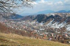 Petit village en montagnes, Roumanie Image stock