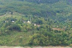 Petit village en montagnes vertes photographie stock libre de droits