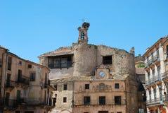 Petit village espagnol avec le nid de cigogne en haut d'une église images libres de droits