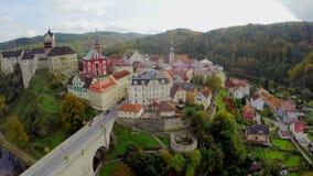 Petit village européen avec l'antenne de pont en fossé de château en Tchèque clips vidéos
