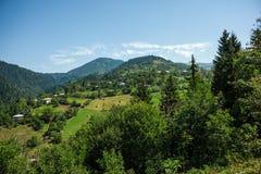 Petit village géorgien en montagnes Images libres de droits