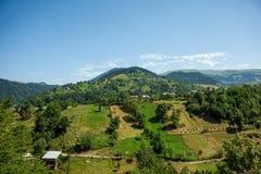 Petit village géorgien en montagnes Photos libres de droits
